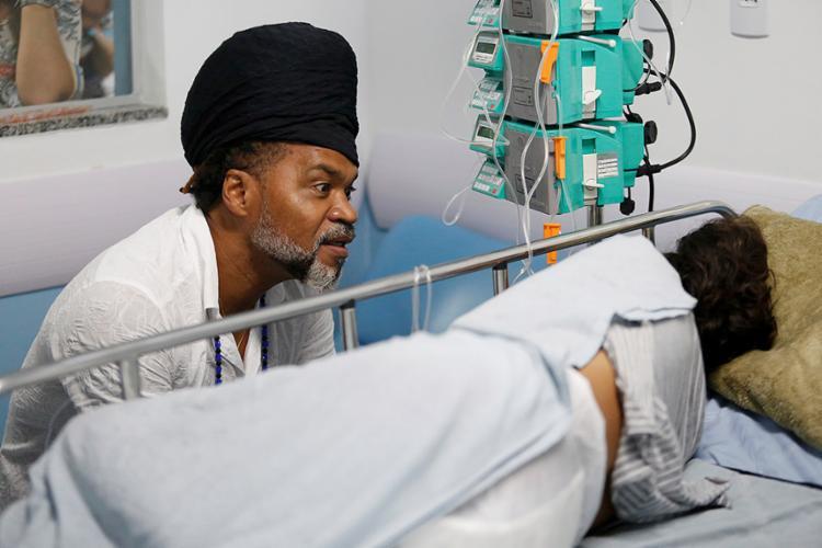 Brown conversou com pacientes e distribuiu jogos - Foto: Adilton Venegeroles l Ag. A TARDE