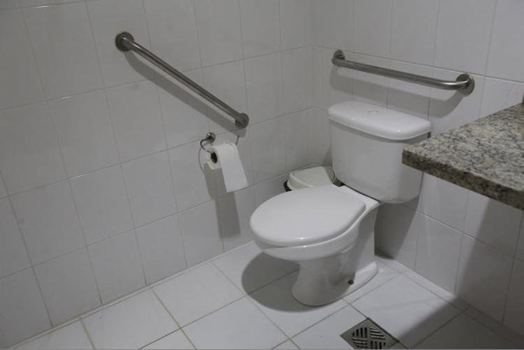 Barras de apoio são essenciais em ambientes como os banheiros - Foto: Margarida Neide l Ag. A TARDE