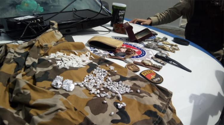 Além de drogas, foram encontrados com a dupla, dinheiro, celulares, relógios e uma televisão - Foto: Divulgação | SSP