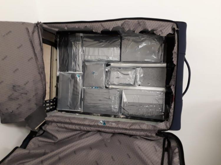 Droga escondida em fundo falso de mala foi detectada no raio-x - Foto: Divulgação | Polícia Federal