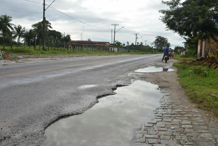 Em Conceição da Feira (BA-046), área que deveria ser acostamento está danificada