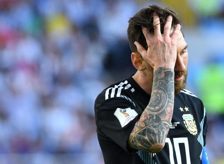Após perder pênalti, Messi lamenta pela chance desperdiçada - Foto: Mladen Antonov | AFP