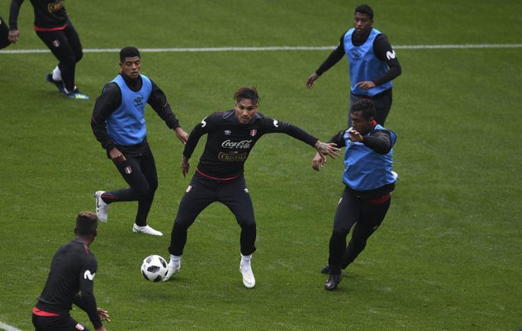 Peru poderá contar com seu principal jogador, Paolo Guerrero, contra a Dinamarca - Foto: Yuri Cortez | AFP