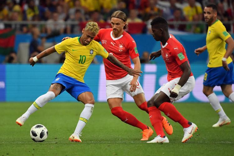Nos minutos finais a seleção se arriscou em busca do segundo gol e a Suíça se fechou na defesa - Foto: AFP