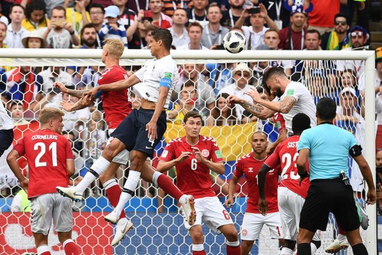 Seleções de Dinamarca e França fizeram um duelo feio, de trocas de bola sem objetividade - Foto: AFP