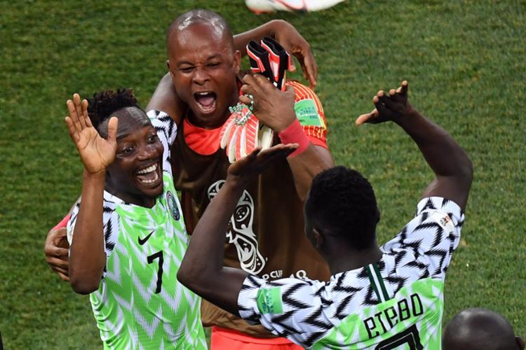 Jogadores da Nigéria comemoram a vitória contra a Islândia - Foto: AFP
