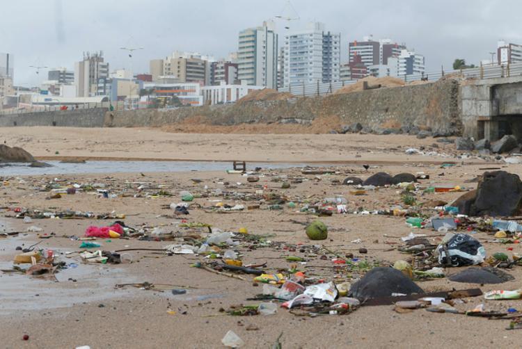 Na praia do Costa Azul resíduos na areia causam mau cheiro e poluição visual - Foto: Luciano Carcará   Ag. A TARDE
