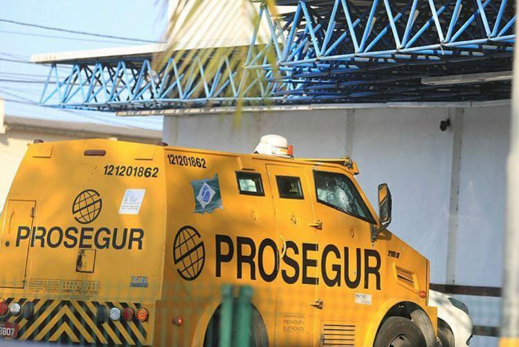 Os seguranças foram baleados durante um assalto ao veículo enquanto fazia coleta em uma casa lotérica - Foto: Joá Souza/ Ag. A TARDE