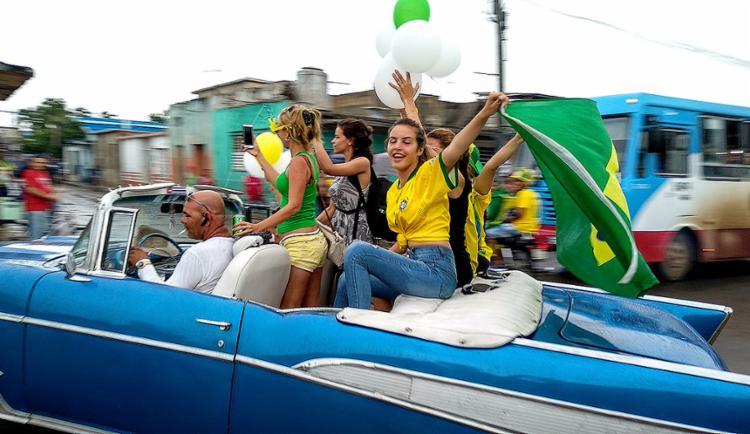 A torcida é embalada por gritos entusiasmados, música e muita dança - Foto: Adalberto Roque l AFP