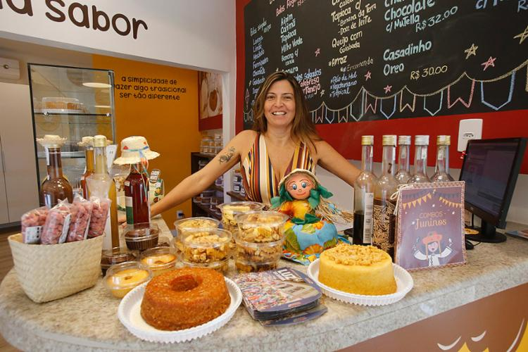 Daniela conta que junho é o melhor mês do ano para as vendas do Bolos das Meninas - Foto: Margarida Neide l Ag. A TARDE