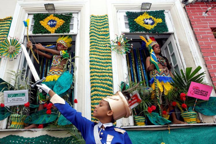 Moradores capricham na decoração dos imóveis ao longo do trajeto do cortejo da festa - Foto: Camila Souza   GOVBA   02.07.2015