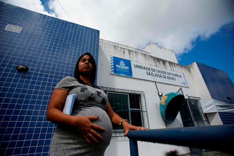 Denise Milena Silva, 31 anos, revela que ficou um mês sem pré-natal - Foto: Raul Spinassé | Ag. A TARDE