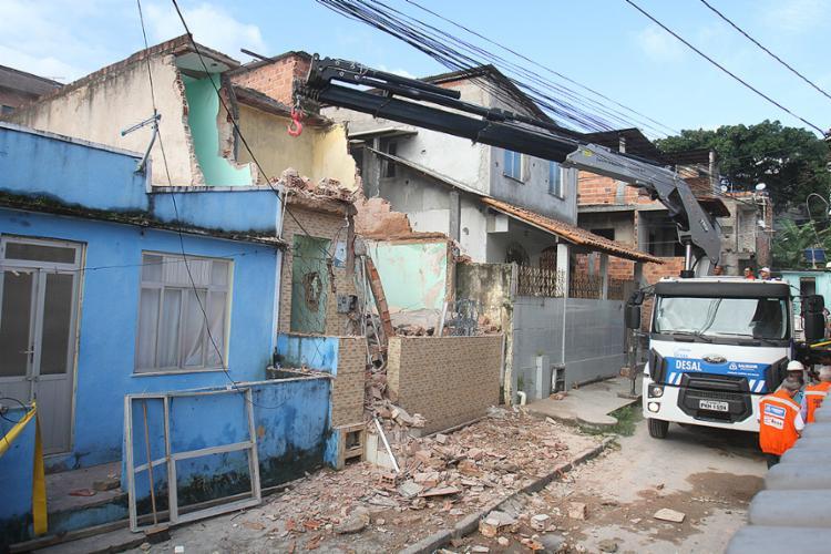 Equipe da Defesa Civil realiza demolição do que sobrou da casa localizada na rua da Esperança, bairro de Plataforma, na tarde desta sexta-feira, 29 - Foto: Tiago Caldas l Ag. A TARDE