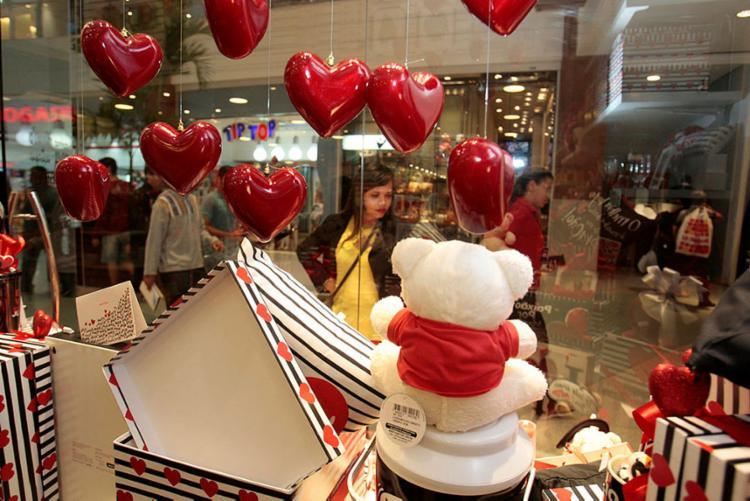 Consumidores optam comprar em loja física com receio que através da virtual atrase a encomenda - Foto: Alessandra Lori | Ag. A TARDE