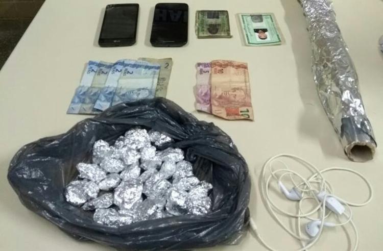 Além da droga, polícia encontrou dinheiro, celulares e embalagens