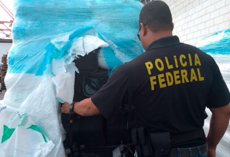 A droga, que estava dentro de uma mochila, foi localizada em contêineres - Foto: Divulgação   Polícia Federal