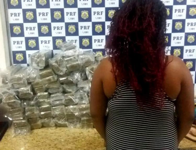 A suspeita informou que não sabia do conteúdo das malas - Foto: Divulgação | Policia Rodoviária Federal