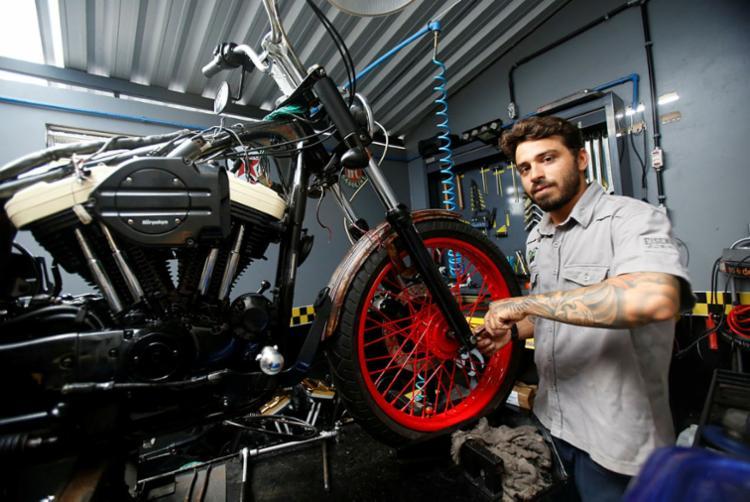 Elsuffi associa a atividade de customização de motos da Sport House Motorcycle ao serviço de bar voltado para o público rock - Foto: Margarida Neide | Ag. A TARDE