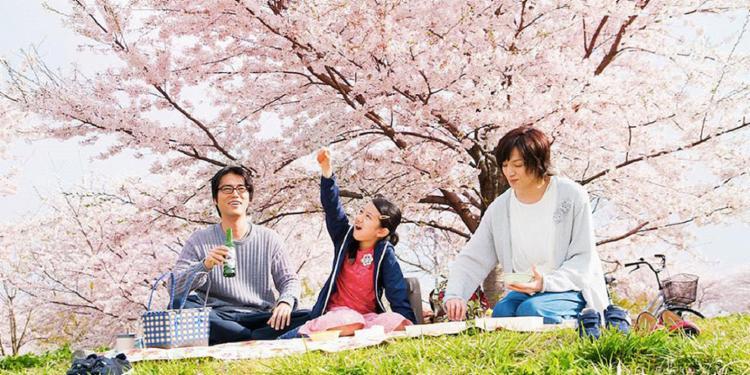 Entre Laços: Tomo (Rinka Kakihara), 11 anos, passa a viver com o tio, Makio (Kenta Kiritani), e sua namorada, Rinko (Toma Ikuta) - Foto: Divulgação