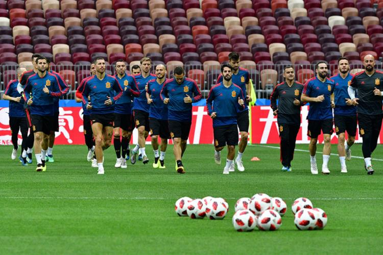 Seleção espanhola enfrenta os donos da casa no estádio Luzhniki - Foto: Mladen ANTONOV / AFP