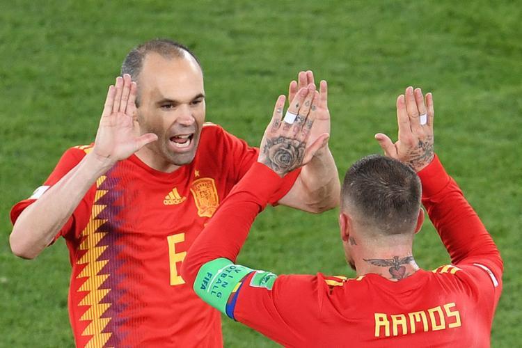 Iniesta e Sérgio Ramos comemoram classificação à próxima fase - Foto: Ozan Kose l AFP