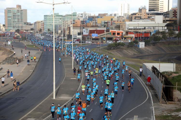 Corrida costuma reunir dezenas de participantes pela orla de Salvador