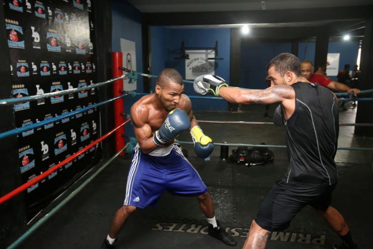lutador tem dedicado seis dias por semana de treinos com seu professor na academia Champion