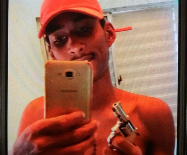 Polícia busca revólver que aparece na mão de suspeito - Foto: Divulgação | SSP