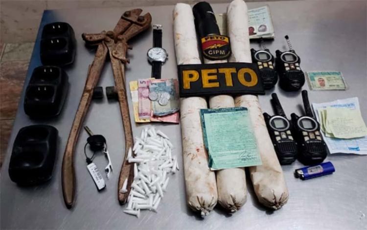Foram encontrados no carro explosivos, comunicadores, drogas e alicate de corte - Foto: Divulgação | SSP-BA
