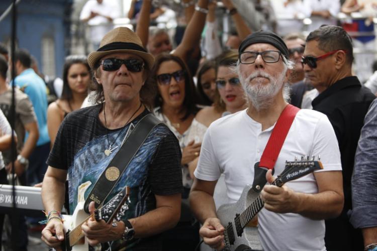 Em um dos trios, a família Macêdo faz homenagem a Orlando Tapajós - Foto: Raul Spinassé | Ag. A TARDE