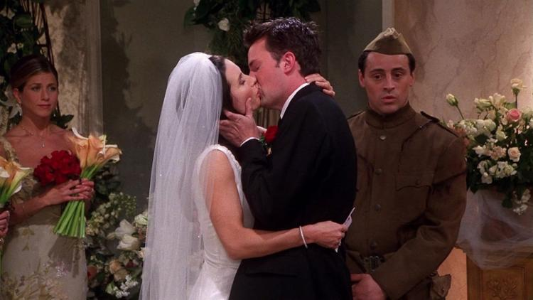 Um dos casais mais queridos de Friends: Monica (Courteney Cox) e Chandler (Matthew Perry) - Foto: Divulgação