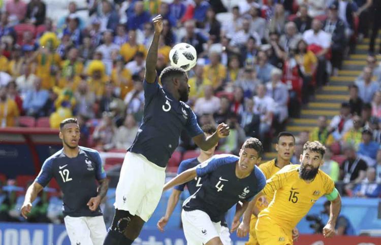 Aos 15, o zagueiro Umtiti desviou a bola com a mão causando pênalti - Foto: David Vincent   AP