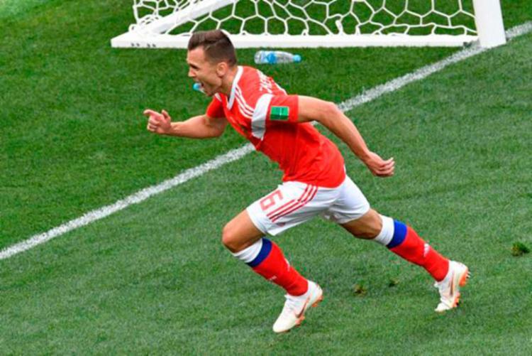 Jogador da anfitriã comemora a vitória da Russia - Foto: AFP