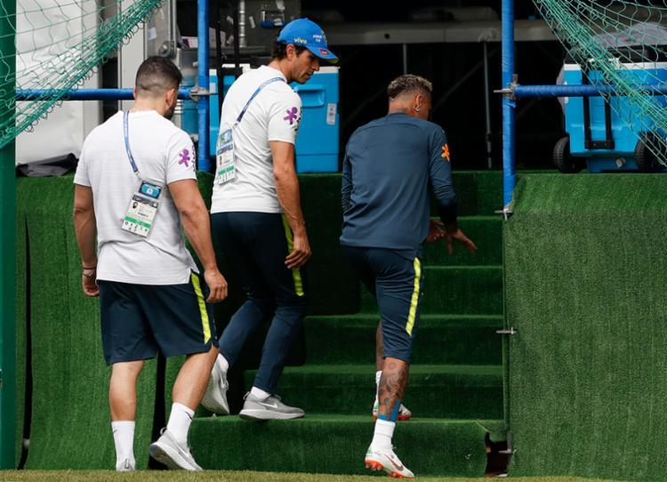 Neymar demonstrava incômodo a cada toque realizado com o pé direito