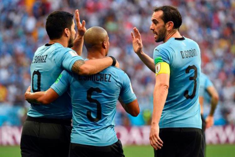 Suárez comemora gol marcado com colegas - Foto: AFP