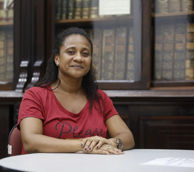 A bibliotecária Simone Santana ajuda os pesquisadores a encontraem o que precisam em meio as 5 milhões de páginas abrigadas pelo IGBH. Foto: Luciano Carcará / Ag. A TARDE