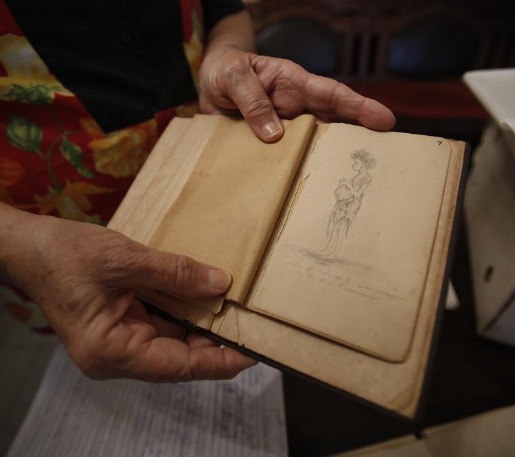 Os cadernos do engenheiro baiano Teodoro Sampaio estão entre os mais procurados pelos visitantes. Foto: Luciano Carcará / Ag. A TARDE