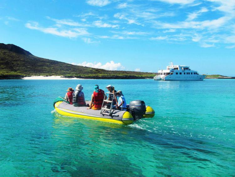 Uma das melhores formas de conhecer a região é através do mar em passeios de barco | Foto: Divulgação