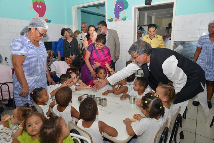 O ativista Kailash Satyarthi conhecendo o trabalho realizado na entidade localizada em Pau da Lima - Foto: Shirley Stolze l Ag. A TARDE