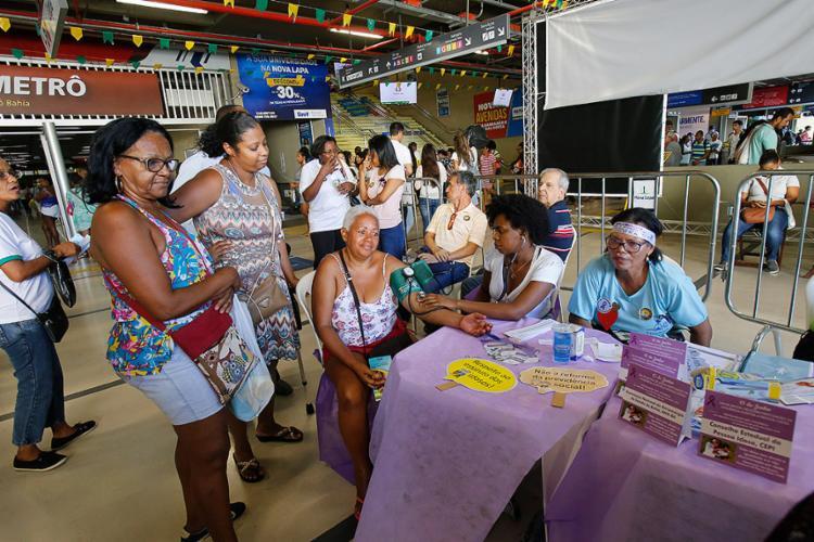 Iniciativa ofereceu serviços aos idosos que passaram pela estação da Lapa nesta sexta-feira, 15 - Foto: Margarida Neide l Ag. A TARDE