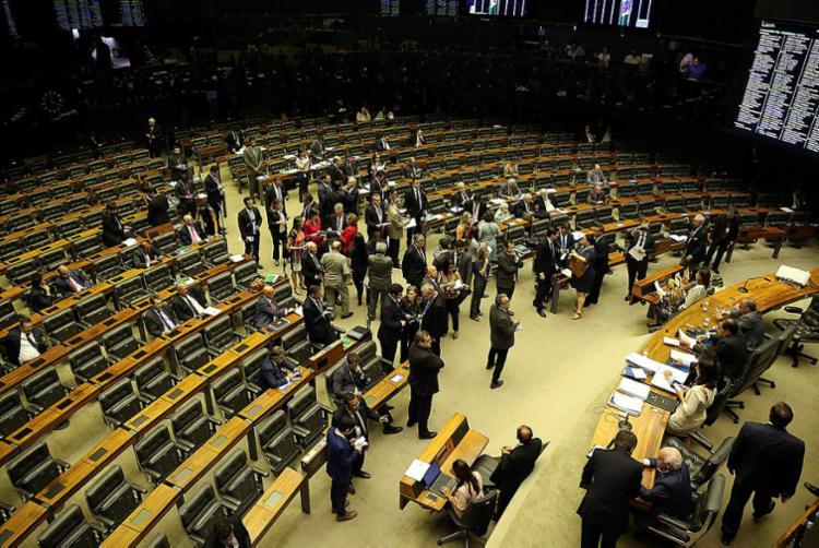 A sessão foi suspensa e deverá ser retomada às 15h - Foto: Valter Campanato   Agência Brasil