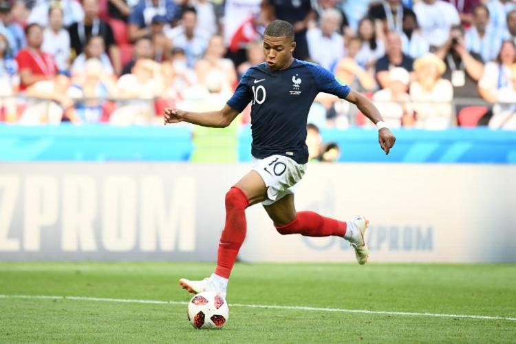 Mbappé se tornou o jogador mais jovem a marcar duas vezes na fase de mata-mata desde Pelé - Foto: Franck Fife | AFP