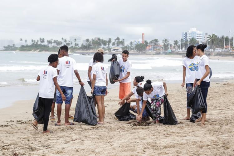 O projeto Jogando Limpo com a Praia conta com a ajuda de estudantes de faculdades e de escolas públicas - Foto: Divulgação | Grupo JCPM