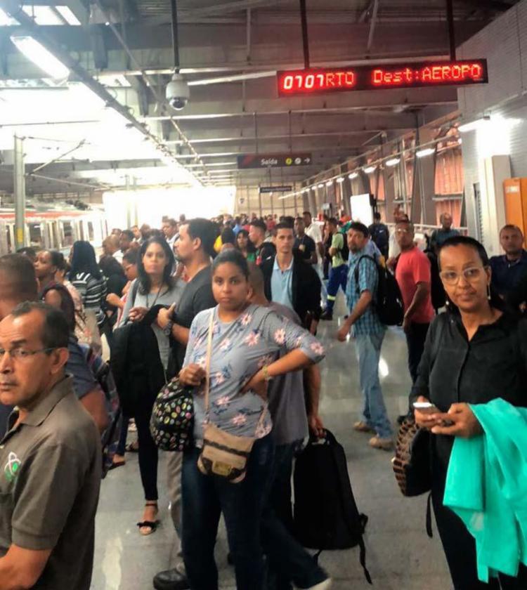 Passageiros aguardam a chegada dos trens por mais de 10 minutos - Foto: Lorena Murici   Ag. A TARDE