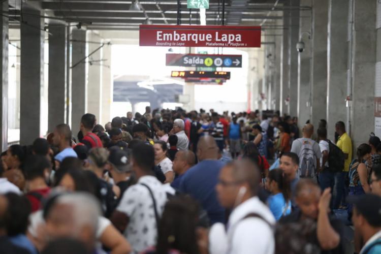 Passageiros aguardam chegada do trem após reabertura da Estação Pirajá - Foto: Raul Spinassé | Ag. A TARDE