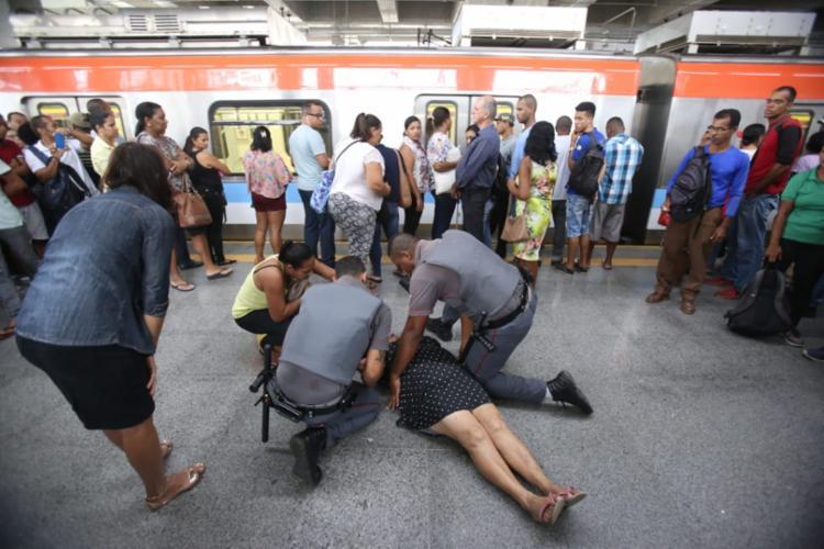 Mulher desmaiou devido à aglomeração de pessoas na plataforma