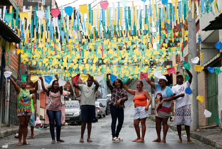 Moradores da Virgílio Gonçalves, no Pero Vaz, pintaram o Brasil nas ruas - Foto: Raul Spinassé   Ag. A TARDE