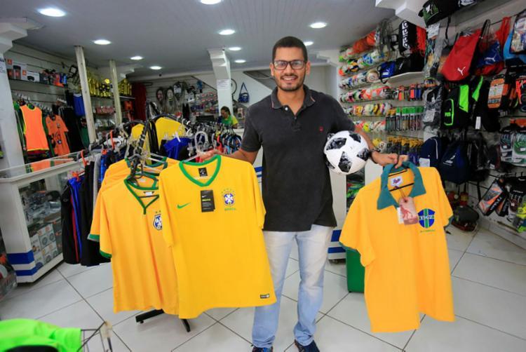 Bullos, supervisor de vendas da Casa Esportiva, no Comércio, aposta nas camisas oficiais da seleção para aumentar os negócios em até 25%