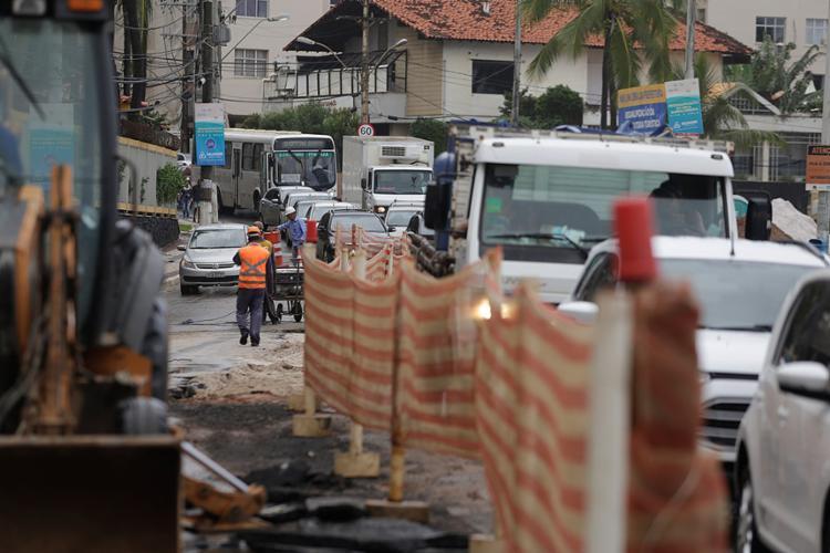 Motoristas presos no trânsito em meio a obras na avenida Oceânica - Foto: Raul Spinassé l Ag. A TARDE