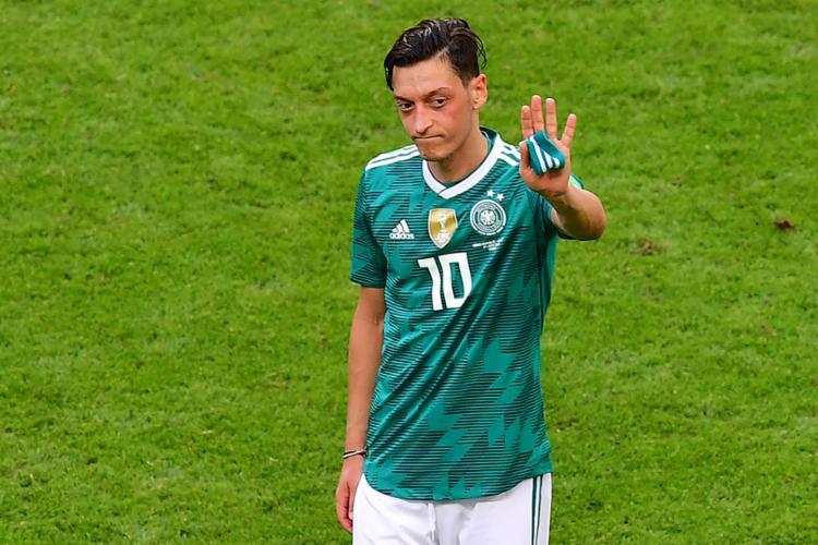 Özil foi criticado por suas atuações abaixo do esperado durante a Copa do Mundo - Foto: Luis Acosta | AFP